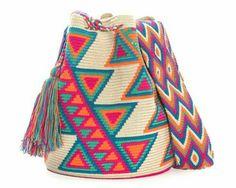 Discover thousands of images about Bolso de mano en crochet estilo wayuu clutch by VientosurSantander Mochila Crochet, Tapestry Crochet Patterns, Tapestry Bag, Boho Bags, Crochet Purses, Knitted Bags, Handmade Bags, Crochet Projects, Purses And Bags