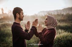 couple Pre Wedding Poses, Pre Wedding Shoot Ideas, Pre Wedding Photoshoot, Wedding Couples, Muslim Couple Photography, Outdoor Wedding Photography, Wedding Photography Inspiration, Prewedding Hijab, Prewedding Outdoor