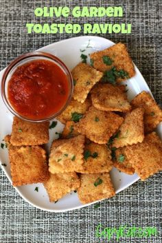 Homemade Olive Garden Toasted Ravioli | LOVE this copycat appetizer recipe. I can't wait to serve it with chunky marinara sauce.