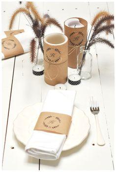 Velas e porta-guardanapos decorados com papel pardo e monogramas
