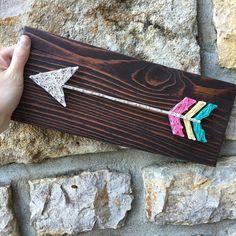 String art Arrow Pallet wood string art by JOCoriginalcreations Diy Crafts For Gifts, Diy Arts And Crafts, Yarn Crafts, Wood Crafts, Wood Pallets, Pallet Wood, Pin Art, Girls Camp, Camping Crafts