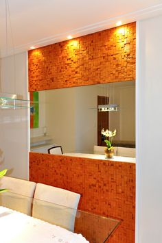 O painel dessa sala de jantar é formado por espelho e pastilhas em relevo de cerâmica rústica. Decoração contemporânea com toque de rústico. Toque, Bathroom Lighting, Mirror, Furniture, Home Decor, Dining Room, Dashboards, Bathroom Light Fittings, Bathroom Vanity Lighting