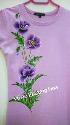 A cheerful blouse with floral motifs. Dress Painting, T Shirt Painting, Fabric Painting, One Stroke Painting, Machine Embroidery Patterns, Hand Embroidery Designs, Beaded Embroidery, Fabric Paint Shirt, Paint Shirts