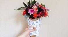 Embalar lembrancinhas com flores naturais pode ser uma ótima saída para quem busca presentear um ent