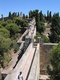 El castillo de Gibralfaro o alcázar de Gibralfaro es una fortificación situada en la ciudad española de Málaga. // Spain - Malaga. El castillo fue objeto de un fuerte asedio por parte de los Reyes Católicos durante todo el verano de 1487. Tras el asedio, Fernando el Católico lo tomó como residencia, mientras que Isabel I de Castilla optó por vivir en la ciudad.
