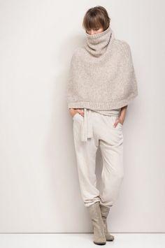 Conseils de mode pour savoir comment porter un poncho pashmina maintenu par une ceinture en cuir, une idée look femme pour l'hiver.