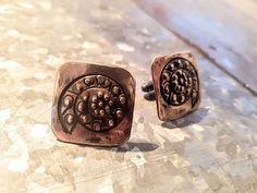 Pronssiset Kotilo-kalvosinnapit syntyi tilaustyönä. Vois olla kivat korviksetkin.  #kotilo #kalvosinnapit #tilaustyö #pronssia #uniikkikorut #käsityötä #bronze #seashell #cufflinks #madetoorder #finnishdesign #uniquejewelry #handmadejewelry #koruseppä #anuek #kerava