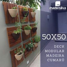 Jardim Vertical, utilizado Deck modular 50x50cm em madeira Cumarú.