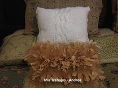 Almohadon de nudos con tul color camel y almohadon tejido color manteca