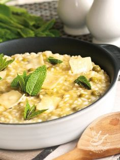 Risotto con brie, piselli e menta fresca Risotto Recipes, Pasta Recipes, Diet Recipes, Healthy Recipes, Brie, Popular Italian Food, Risotto Cremeux, Veggie Recipes, Italian Recipes
