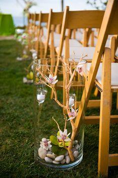 Skapa enkla dekorationer i höga vaser och placera ut. Som här, några blommor, grenar, blad, stenar och ljus - behöver inte kosta mycket alls! // Beautiful and cheap DIY-decoration.