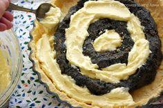 Voňavý, chutný koláč s tvarohem a makovou náplní. Pokud máte rádi tuto kombinaci, určitě si upečte tento sladký dezert.