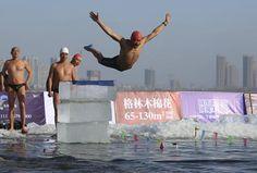 Un uomo si tuffa nelle acque gelide di #Shenyang, #Cina; al #cimento hanno partecipato in 260