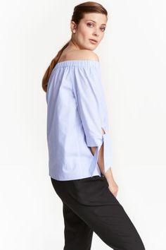 Bluzka z odkrytymi ramionami: Bluzka z bawełnianej tkaniny z odkrytymi ramionami. Prosty krój, elastyczny brzeg u góry, rękawy 3/4 z rozcięciem i wiązaniem u dołu.
