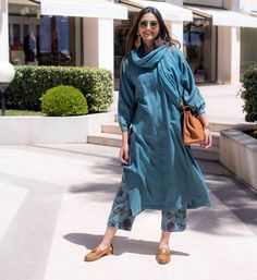 Sonam Kapoor Ahuja traditional kurta designs that are stylish but completely unconventional. She never forgets to pair the right accessories and makeup with kurtas. Pakistani Dresses, Indian Dresses, Indian Outfits, Indian Clothes, Indian Attire, Indian Ethnic Wear, Ethnic Fashion, Indian Fashion, Saris