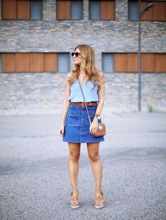 As Saias Jeans estão de volta, mas não no modelo que usávamos quando adolescentes, agora a Saia voltou mais evasê e com botões bem aparentes para dar...