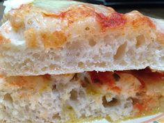 la pizza creando con autolisi è una pizza sofficissima, a lievitazione naturale da guarnire o da gustare con un filo d'olio e rosmarino come focaccia morbida