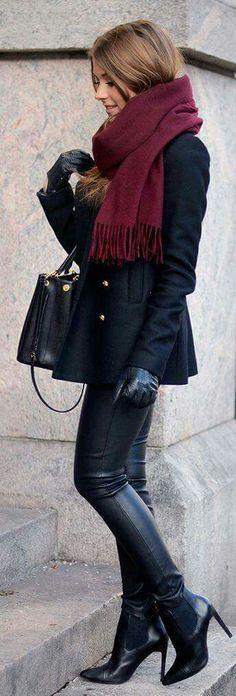 Botas negras, wet look leggings, abrigo negro, bufanda vino