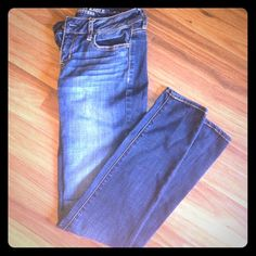 American Eagle skinny jeans- Jegging Super Stretch AE skinny jeans in good condition. I lost weight so they're just a little too loose on me now. They're adorable. They do have a minor tear in the fabric under the left pocket on the back. It's a scratch that doesn't go all the way through, as shown in the 4th photo. American Eagle Outfitters Jeans Skinny