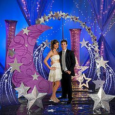 This Ultimate Set the Stage Stars Party Kit features silver stars, a crescent moon arch and lighted props to give your guests a fantastic evening.