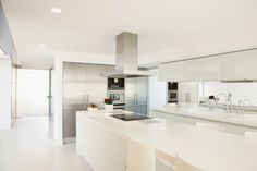Here's a stark white contemporary kitchen design with super long island and a minimalist vibe. Interior Design Living Room, Kitchen Remodel, White Contemporary Kitchen, Kitchen Interior, Interior Design Kitchen Small, Luxury Kitchen Design, Contemporary Kitchen Cabinets, Luxury Kitchen, Modern Kitchen Design
