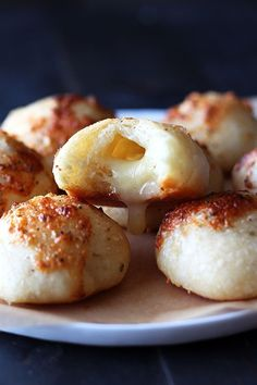 Cheese Stuffed Garlic Rolls For the really impressive party appetiser try this impossibly great and easy recipe! The cheese stuffed garlic rolls are always be welcomed at parties, because these extremely flavoursome buns are such a crowd-pleasers! Gourmet Recipes, Appetizer Recipes, Cooking Recipes, Appetizers, Healthy Recipes, Crack Bread, Garlic Rolls, Cheesy Garlic Bread, Tasty