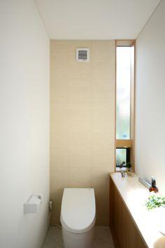 S-K house:光が差し込む袖のスリット窓。アクセントウォールはLIXILエコカラットタイル。ネオレスト タンクレストイレ|TOTO