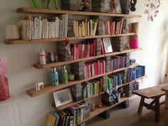 Diy boekenkast van kaasplanken en oude stenen