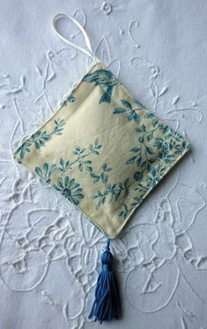 Décoration parfumée – Missilleane_tutos Lavender Crafts, Lavender Bags, Lavender Sachets, Sewing Crafts, Sewing Projects, Sachet Bags, Coin Couture, Scented Sachets, Sewing To Sell