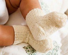 Hold de små fusselanker varme med skønne råhvide hjemmestrikkede sokker.