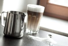 How to make the perfect latte macchiato Latte Macchiato, Hoe, Nescafe, Mocha, Espresso, Yummy Food, Homemade, Mugs, Coffee