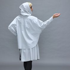 Tulipano women poncho by polychromelab is a one-of-a-kind piece of design: With a tulip cut Tulipano distinguishes itself from other women's ponchos. Ladies Poncho, Fashion Women, Jackets For Women, Normcore, Sports, Life, Design, Women's Work Fashion, Cardigan Sweaters For Women