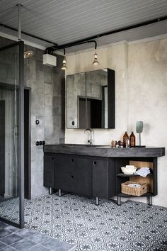 industrial style bathroom   | photo johan sellen