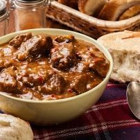 Runderstoofvlees met appelstroop,dit geeft weer een andere smaak aan het rundvlees. Slow Cooker Recipes, Beef Recipes, Snack Recipes, Dinner Recipes, Good Food, Yummy Food, Dutch Recipes, Foods To Eat, Winter Food