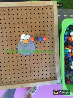 Peuters thema spinnen : spinnenpoten maken van steeknagels / pinborden Autumn Crafts, Wicked Witch, Eric Carle, Spider, Preschool, Shapes, Cool Stuff, Google, Autumn