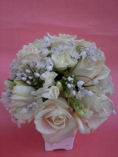centro de mesa con rosas y fresias by hallie