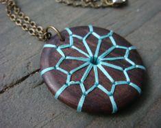 Bestickte Holz Halskette mit geometrischen und floralen Design