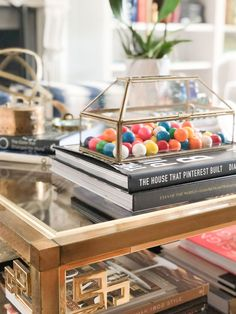 books and gold tray on coffee table Coffee Table Styling, Rustic Coffee Tables, Coffee Table Books, Interior Design Tips, Interior Styling, Refurbished Mirror, Coffee Table Accessories, Candy Dishes, Home Staging