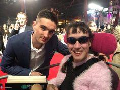 Tom com fã (@_ElizabethUK) na pré-estreia de #BatmanvSuperman em Londres, na Inglaterra. (22 mar.)