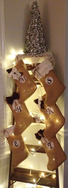 DIYS burlap stockings.  I am making these!!! Right now!