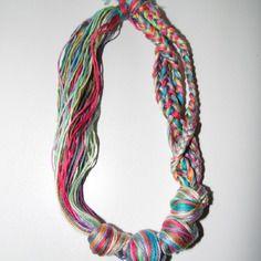 Joli collier en fils de coton multicolore