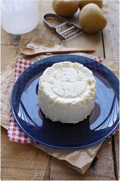 La ricotta, comme le cottage cheese, est très simple et rapide à faire. La recette demande des ingrédients simples. Il faut seulement, comme pour toutes le