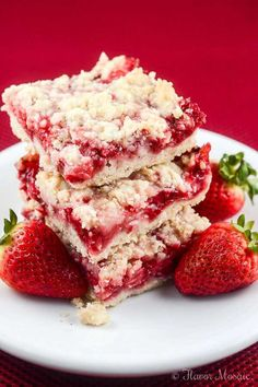 These easy Strawberry Crumb Bars with a buttery crust sweet fresh strawberry filling and crunchy butter crumb topping make wonderful dessert bars for an afternoon snack or to take to a summer party picnic or potluck. Strawberry Bars, Strawberry Dessert Recipes, Strawberry Pretzel, Strawberry Squares Recipe, Recipes With Frozen Strawberries, Strawberry Cheesecake, Cupcakes, Dessert Aux Fruits, Cookies Et Biscuits