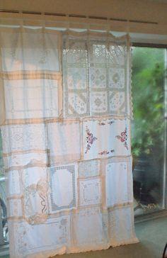 Esta de una buena cortina es hecha completamente de telas vintage compradas de tiendas de caridad y tiendas de antigüedades, desde alfombras de bandeja a tapetes para un mantel.  Se puede utilizar se reunieron en la parte superior o no. Utilizado como una cortina para una ventana o una puerta o un panel de una ventana o como decoración en una pared o sección parte de una habitación o jardín.  Ideal para un telón de fondo en una boda.  El color de las telas son blanco pero varían debido al…
