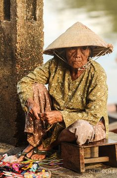 Tired old lady -Viet Nam Visit Vietnam, Hanoi Vietnam, Vietnam Travel, We Are The World, People Of The World, Street Photography People, Beautiful Vietnam, Vietnam History, Walking In The Rain