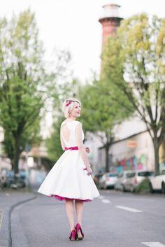 modernes rockabilly Brautkleid mit pinkem Gürtel und großem Rückenausschnitt (www.noni-mode.de - Foto: Le Hai Linh)