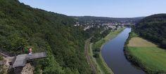 Ein Besuch beim Weser-Skywalk in Beverungen  - Vom Skywalk aus (hier links im Bild) haben Besucher einen wunderschönen Blick auf die Weser und die angrenzenden Städte. Im Hintergrund ist die hessische Stadt Bad Karlshafen zu sehen. - © Jens Reddeker #skywalk #weser #karlshafen