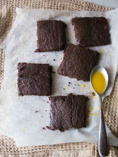 Brownies, quadratini al cioccolato personalizzati con una crema allo zafferano, dolce e speziata.