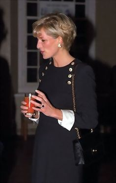 Diana Princess of Wales style Royal Princess, Princess Charlotte, Princess Of Wales, Princess Diana Fashion, Princess Diana Pictures, Lady Diana Spencer, Farrah Fawcett, Estilo Real, Princes Diana