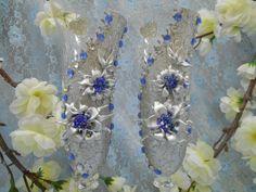 """Бокалы """"На берегу звездопада"""".Декор: часть бокала покрыта серебром  с глиттером, цветы-звезды  из серебряной пластики  с  бисером синего, голубого и серебряного цветов,стразы синие и зеркальные."""